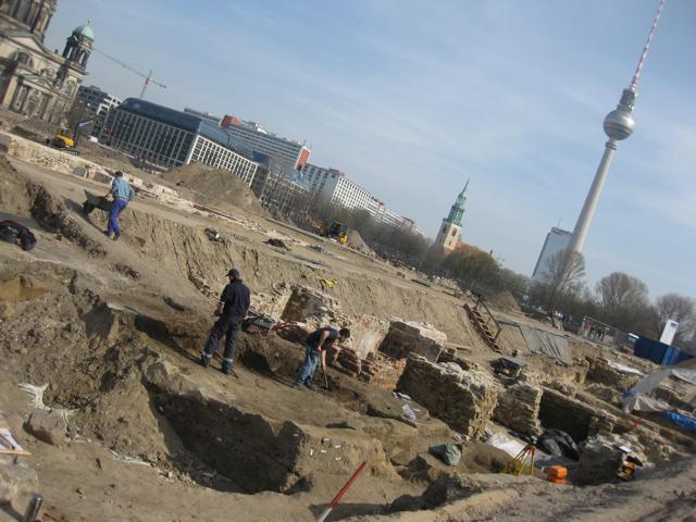 Die Grabungen an den Grundmauern des Schlosses sind im vollen Gange - Das Stadtschloss Berlin Mitte - Neben Dom und Fernsehturm - unsere Geschichte und Vergangenheit im Neubau und der Errichtung