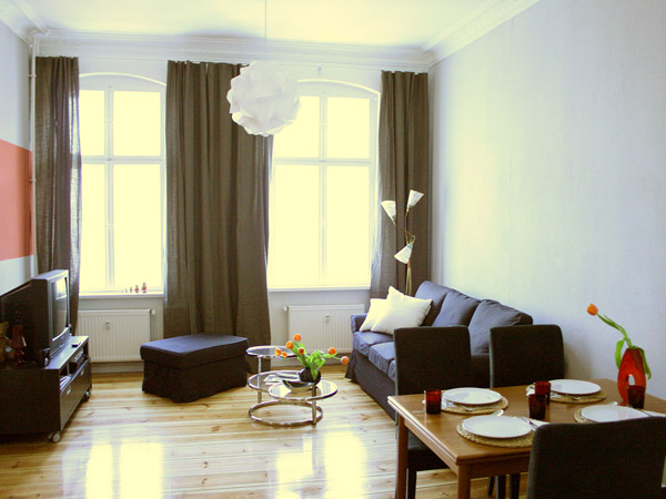 ferienwohnung berlin wohnagentur berlin bedrooms bietet eine m blierte ferienwohnung an in. Black Bedroom Furniture Sets. Home Design Ideas