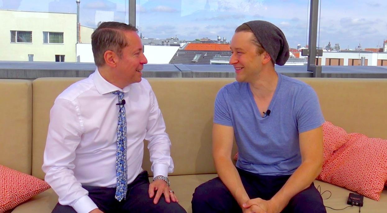 Adrian Topol Theater und Filmschauspieler Produzent PERSÖNLICH Interview Video monbijou Hotel topfive top 5 Blog Vlog
