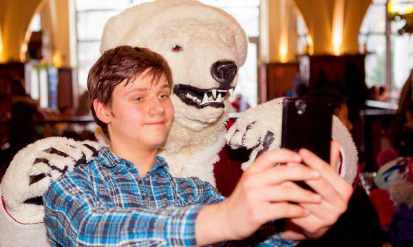 Selfie-Maskotchen-Eisbaeren-Weihnachtsfeier-Unternehmen-Hofbraeu-Berlin-Photoconcierge-Joerg-Unkel