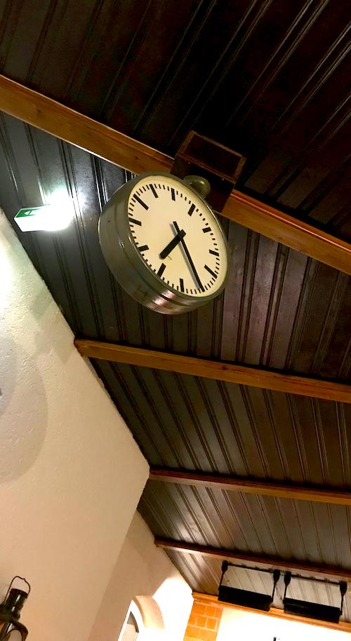 Bahnhof Uhr Accessoire AKZENT Hotel Brueggen er Klimp Burgwall Concierge Gerry Kritik