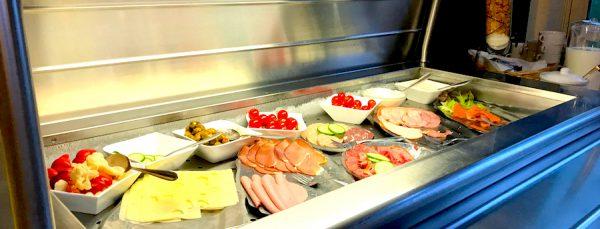 Erlebnisbericht Brüggen Aufschnitte Wurst Käse Frühstück Breakfast AKZENT Hotel Brueggen er Klimp Burgwall Concierge Gerry Kritik