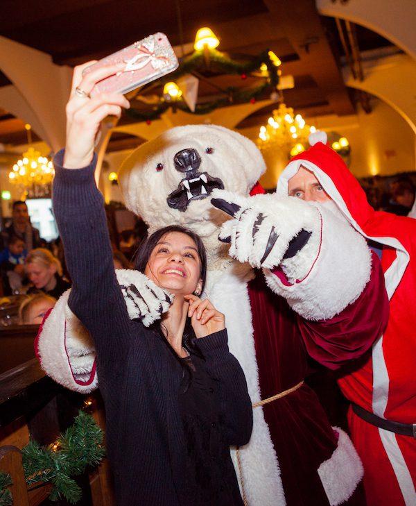 2016 Arche Botschafter Schauspieler Tim Wilde Kinder Eisbaeren Maskottchen Weihnachtsmann Selfie Hofbraeu Berlin Arche Bescherung Photoconcierge Joerg Unkel