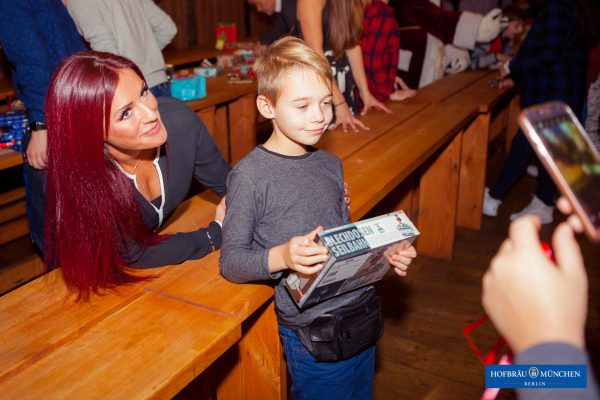 2016 Kinder Jay Jay Schauspielerin Fan Selfie Hofbraeu Berlin Arche Bescherung Photoconcierge Joerg Unke
