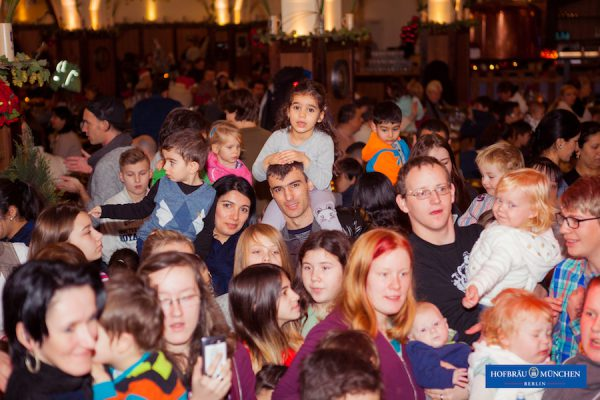 2016 Kinder Weihnachtsmann Hofbraeu Berlin Arche Bescherung Photoconcierge Joerg Unkel