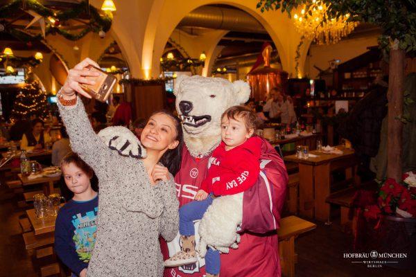 Hofbraeu Berlin Arche Weihnachten Christian Photoconcierge Joerg Unkel Gerry Concierge Kinder Selfie Eisbaeren Maskottchen Bully