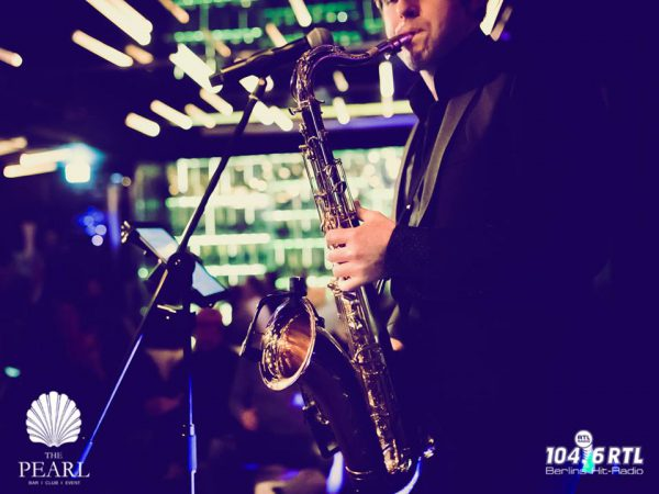 Neujahrsempfang Ku Damm After Work 104 6 RTL Concierge Gerry Singer Saenger Saxophone Jan Schroeder