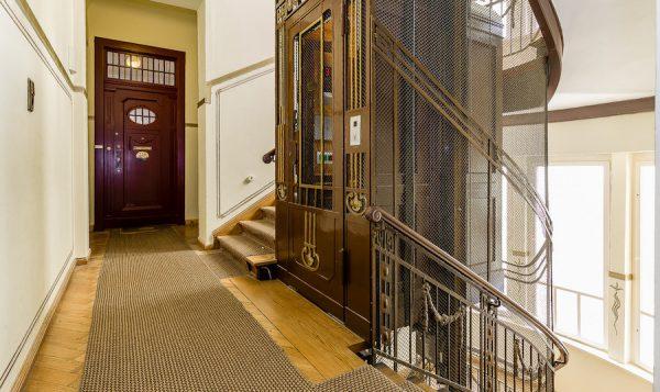 Aufgang Fahrstuhl Wohnung 10717 Berlin Kauf Objekt 105014 O56673 Altbau Charme Bayerischen Viertel Rohrer Immobilien IMG_0104