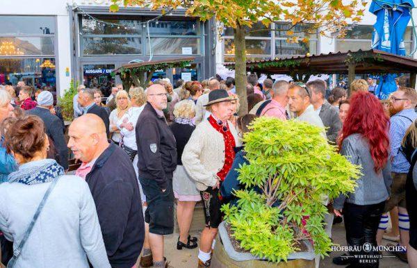 Einlass start Hofbraeu Berlin Oktoberfest 2018 Joerg Unkel Hauptstadtfotografen Concierge Gerry VIP 180922_Ho_2239