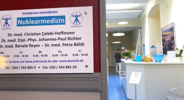 Rezeption-Empfang-AnthroNUK-Schilddruese-RFA-Nuklearmedizin-minimalinvasiv-Praxis-Arzt-Helfer-Helferin-Berlin-Story-Blog