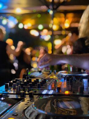 Hackescher Markt Bar Palladium Party Open Air Party Gaeste Stimmung Atmosphäre DJ Pult