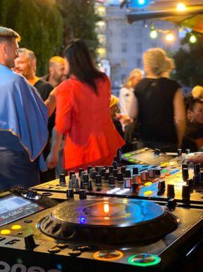 Hackescher Markt Bar Palladium Party Open Air Party Gaeste Stimmung Atmosphäre Pult DJ Live