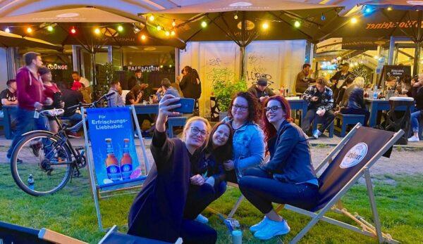 Hackescher Markt Bar Palladium Party Open Air Party Gaeste Stimmung Atmosphäre Selfie