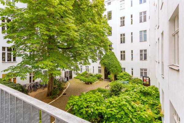 Wohnung Altbauwohnung Altbau Charlottenburg Berlin verkauf kauf Savignyplatz Ernst Reuter Platz Parkettfussboden Holzdielen Stuck Tolle Immobilien Makler Balkon Hofgarten