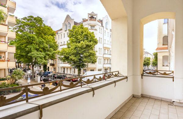 Wohnung Altbauwohnung Altbau Charlottenburg Berlin verkauf kauf Savignyplatz Ernst Reuter Platz Parkettfussboden Holzdielen Stuck Tolle Immobilien Makler Balkon Strasse