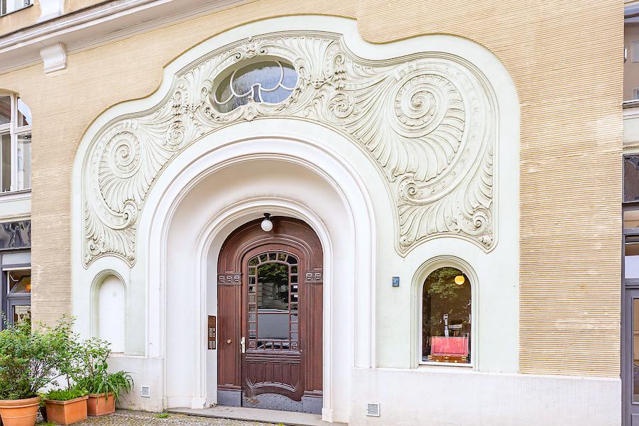 Wohnung Altbauwohnung Altbau Charlottenburg Berlin verkauf kauf Savignyplatz Ernst Reuter Platz Parkettfussboden Holzdielen Stuck Tolle Immobilien Makler Eingang Haustuer Portal