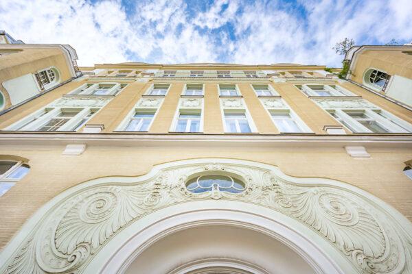 Wohnung Altbauwohnung Altbau Charlottenburg Berlin verkauf kauf Savignyplatz Ernst Reuter Platz Parkettfussboden Holzdielen Stuck Tolle Immobilien Makler Haus Fassade
