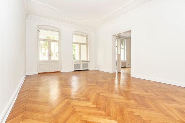 Wohnung Altbauwohnung Altbau Charlottenburg Berlin verkauf kauf Savignyplatz Ernst Reuter Platz Parkettfussboden Holzdielen Stuck Tolle Immobilien Makler Schlafzimmer