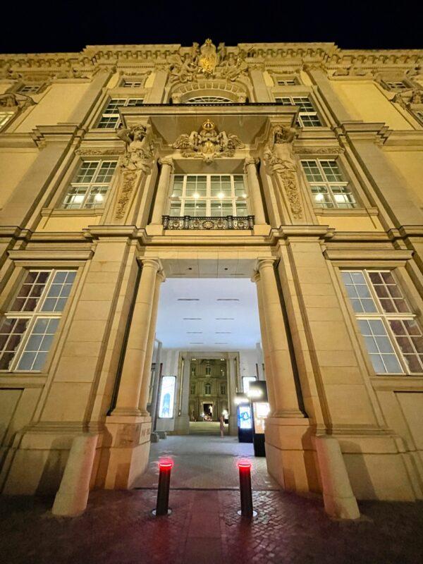 Mein-erster-StadtSchloss-Innenhof-Besuch-Humboldt-Forum-eroeffnet-ausstellung-portal